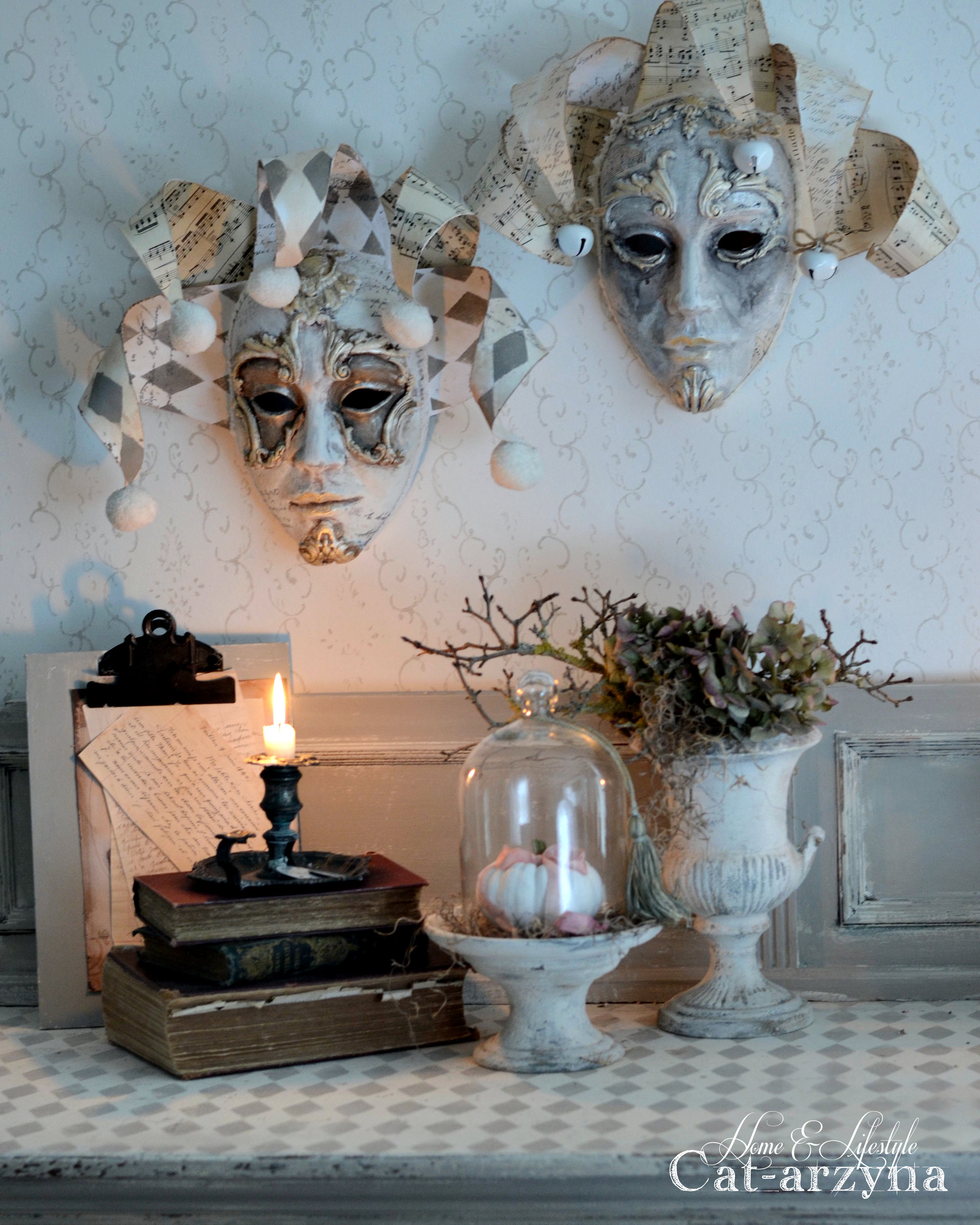 Here are the finished masks! Aren't they wonderful? We hope you found today's post inspiring and that you give a try for yourself.Find more of Cat-arzyna's work  here !  Annie Sloan Old White paint IOD decor moulds-Baroque 3 814793, Baroque 4 -814809 IOD paper clay 814991 961466-Clear Gesso 961305-Stencil-Harlequin gold and silver wax  Cardstock paper  hot glue gun
