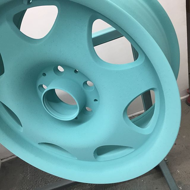 Powder looks pretty good before it goes into the oven but that gloss after is fire!  Hit us up to get your project colored the way you want. @va_finishing #powdercoat #finishhim #seafoamgreen #somedemowheels