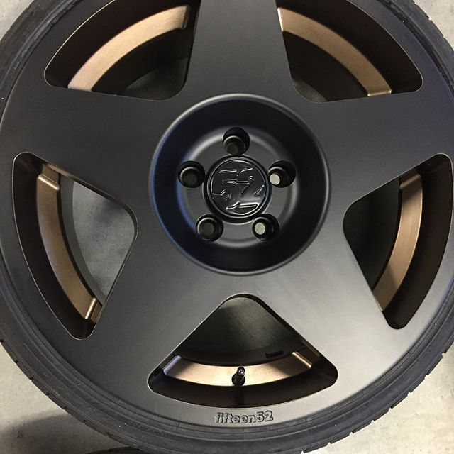Fun when customer trusts us to create a unique look. Totally loves the new look for his tarmacs that were originally white and curb rashed!  Hit us up @va_finishing  for that new look  #powdercoat #1552 #1552tarmac #matteblack #bronze #ceramicpolishing #vafinishing #finishhim #fifteen52 #wheelswap