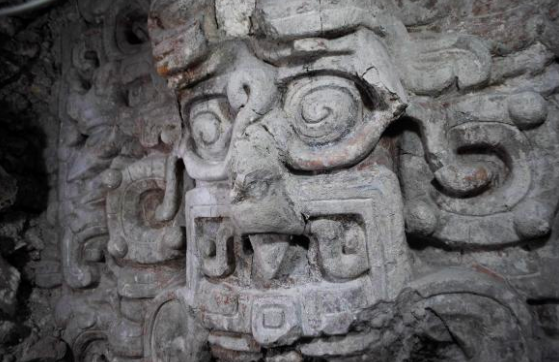Ancient Mayan artwork on the Temple of the Night Sun behind the tomb on the Diablo Pyramid.  Photo by: Edwin Román.