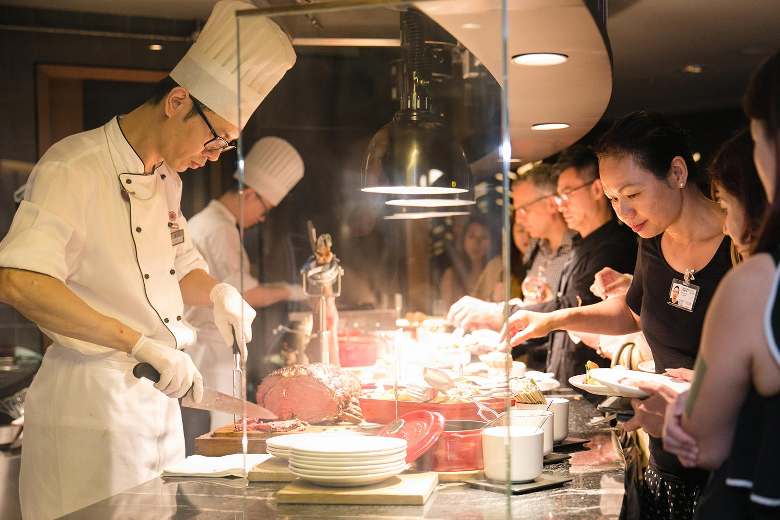 Guests savouring the live cooking station at Plaza Premium First Hong Kong and all-you-can-enjoy semi-buffet counter during the party