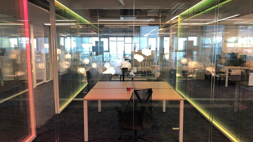marsdesign-QUANTA-bureau-LEDs-rvb-marseille-nicolas-mannoni-design-jaune.jpg