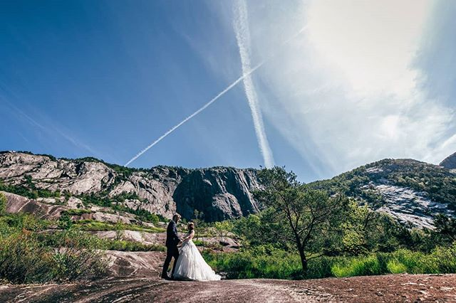 X marks the spot for @k.salabim and @chlomachine, from their gorgeous viking wedding day in #lysefjord! . . . #vikingwedding #Lysefjordwedding #bryllup2020 #bryllupsfotograf #rogalandfotograf #stavangerfotograf #stavangerbryllup #norwegianwedding #norwaywedding #nordicweddings #arnesonfoto