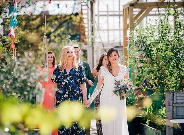 Mother and daughter aisle walk in a Norwegian greenhouse ceremony?! Gorgeous. ❤️ . . . . #bryllupsfotograf #rogalandfotograf #drivhusbryllup #drivhus #alchemilla #rennesøy #stavangerfotograf #norwegianweddingblog #dittbryllup