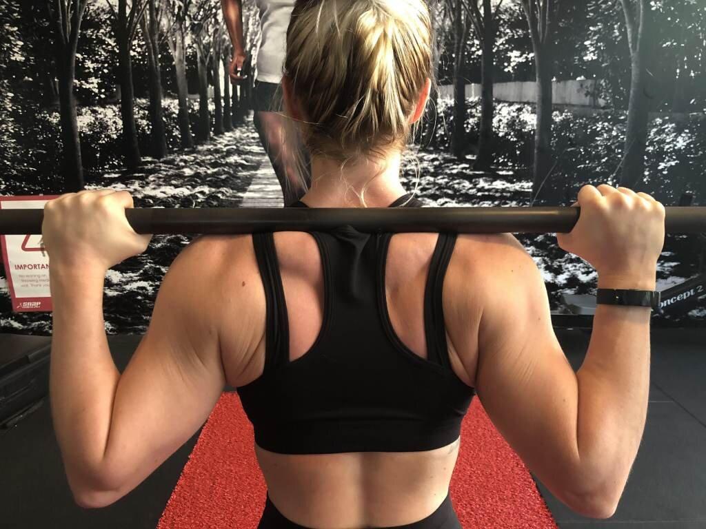 Squat start position: barbell placed on upper back, hands just outside shoulder-width