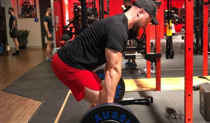 Conventional deadlifting stance