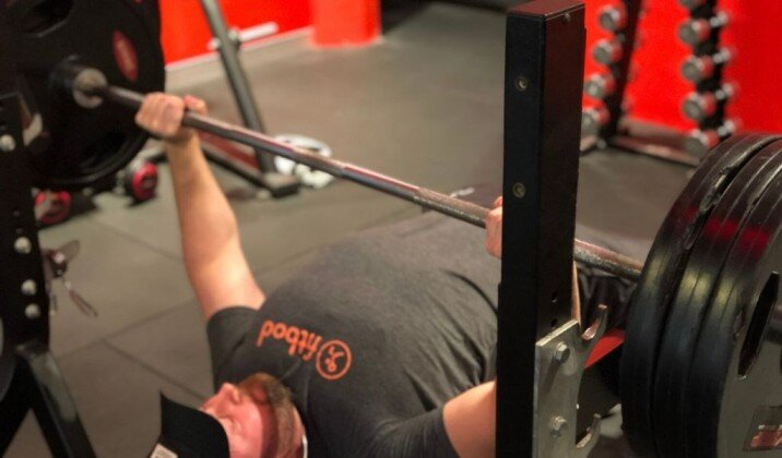 Bench press technique and wrist position