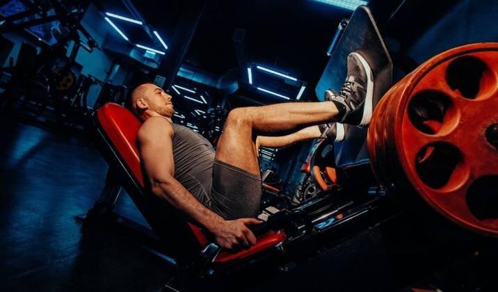 Entrenar las piernas PRENSA DE PIERNAS