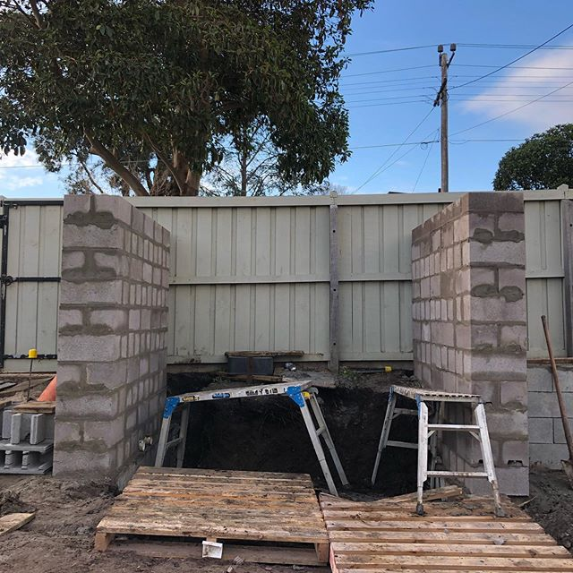 Making some steady progress at our Newtown project today, finishing the two walls which will create the new entry into the property and also starting to get some of the stone cladding installed #InStyle #Gardens #masterlandscaper #registeredbuildingpractitioner #landscapingvictoria #landscapinggeelong #blockwall #feature #stone #cladding #newtown #geelong #landscape #landscapeconstruction #landscapedesign #ashlar #block #wall