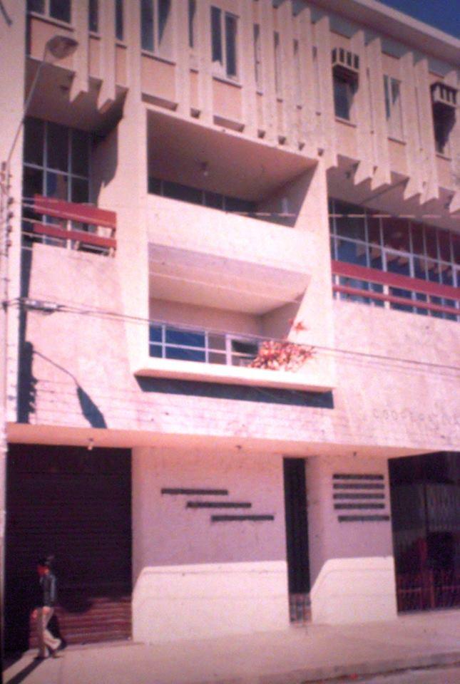 Edificio de la Cooperativa La Merced. Diseño de Sergio Antelo Gutiérrez, 1969-71. Foto: Victor Hugo Limpias, 1990. La fachada fue bastante alterada algunos años atrás.