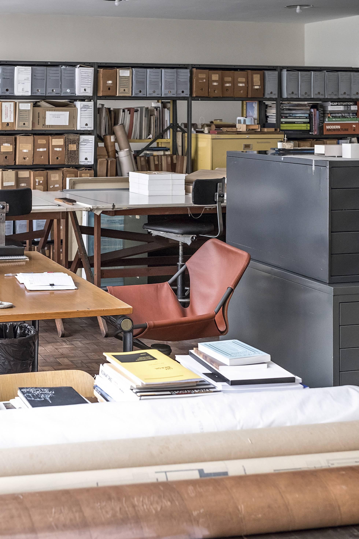 En su espacio de trabajo se puede ver la silla en piel Paulistano que Mendes da Rocha diseñó en 1957 y que hoy es un clásico contemporáneo. Ruy Teixeira