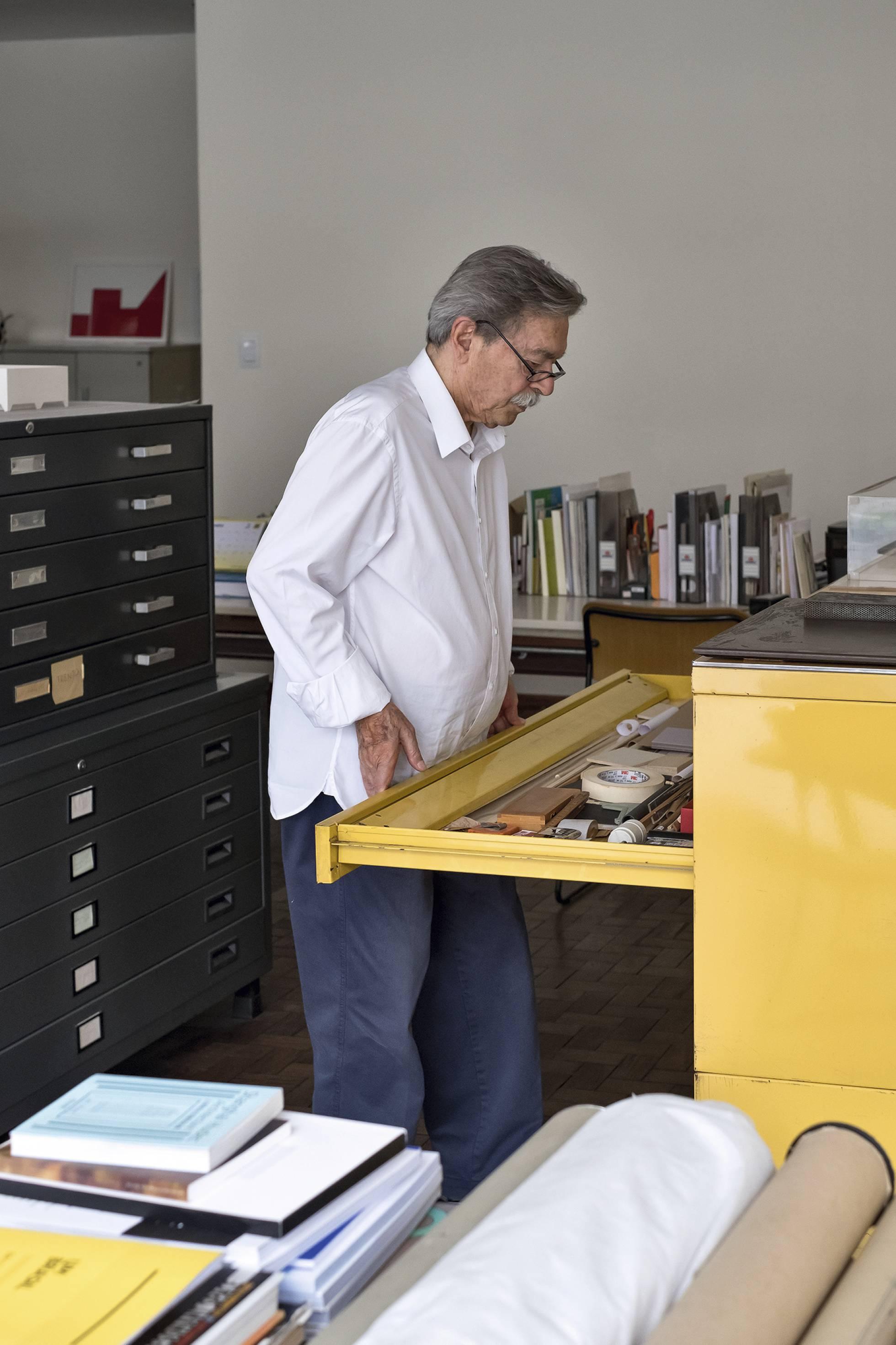 Paulo Mendes da Rocha, fotografiado para ICON DESIGN en su estudio de São Paulo. Ruy Teixeira