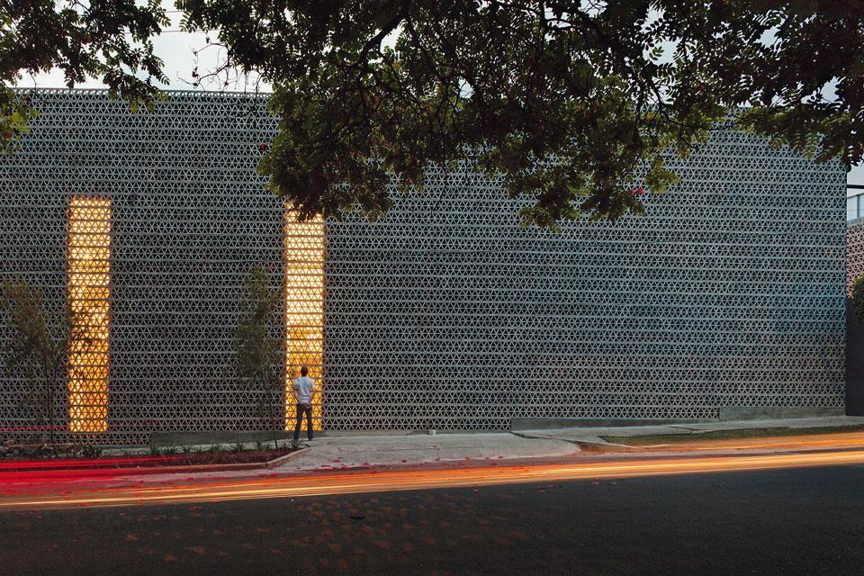Un muro de hormigón perforado encierra la antigua casa del pintor David Alfaro Siqueiros, que Escobedo renovó para incluir una galería pública, un taller de pintura y una residencia de artistas. El proyecto consistió en mover dos de los grandes murales de Siqueiros a un antiguo patio privado para enmarcar una nueva entrada para los visitantes.