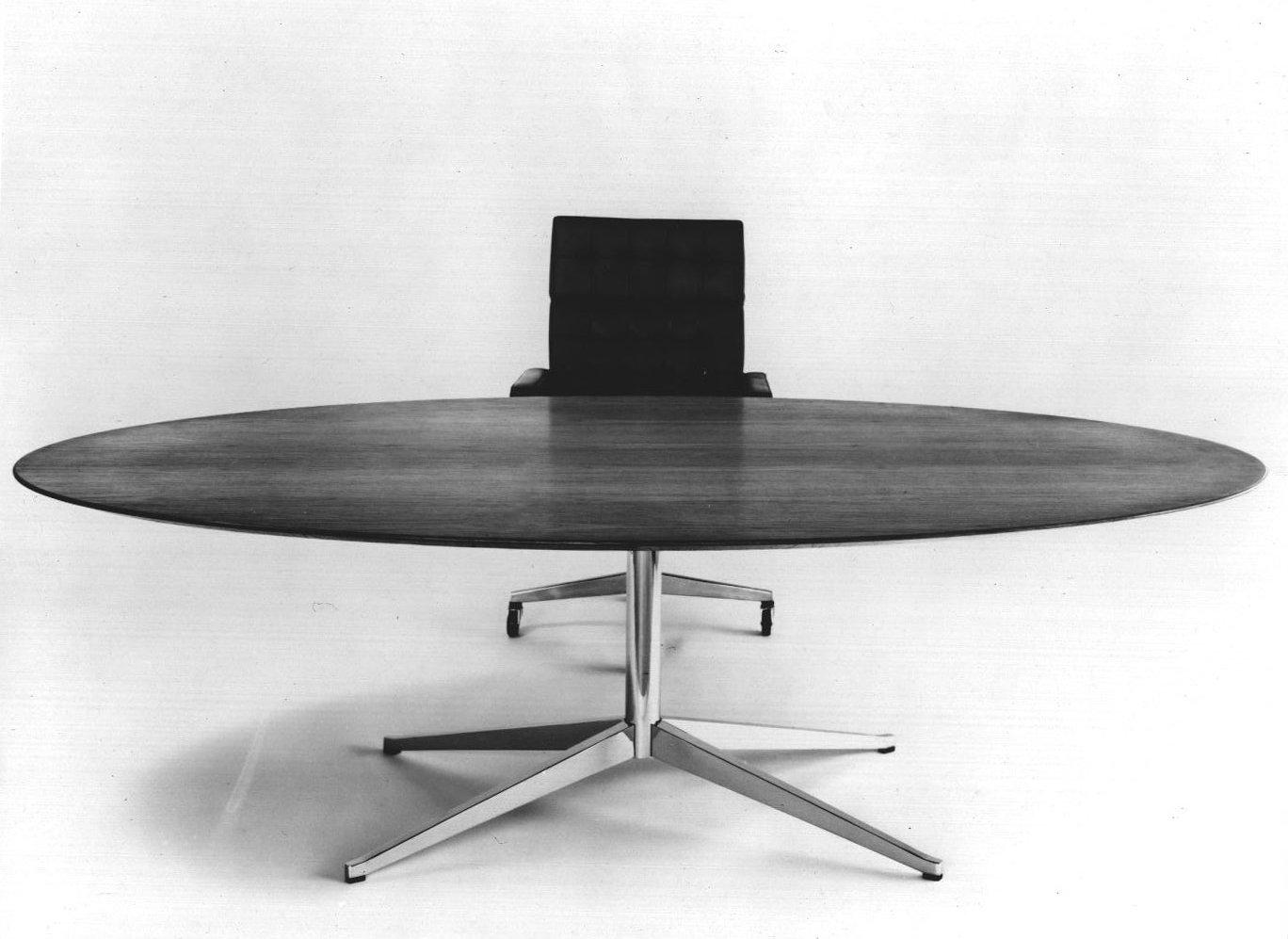 La mesa de escritorio Florence Knoll, diseñado en 1961, el año en que la Sra. Knoll se convirtió en la primera mujer en recibir la Medalla de Oro para Diseño Industrial del Instituto Americano de Arquitectos. Sus diseños siguen siendo comunes en oficinas, hogares y espacios públicos