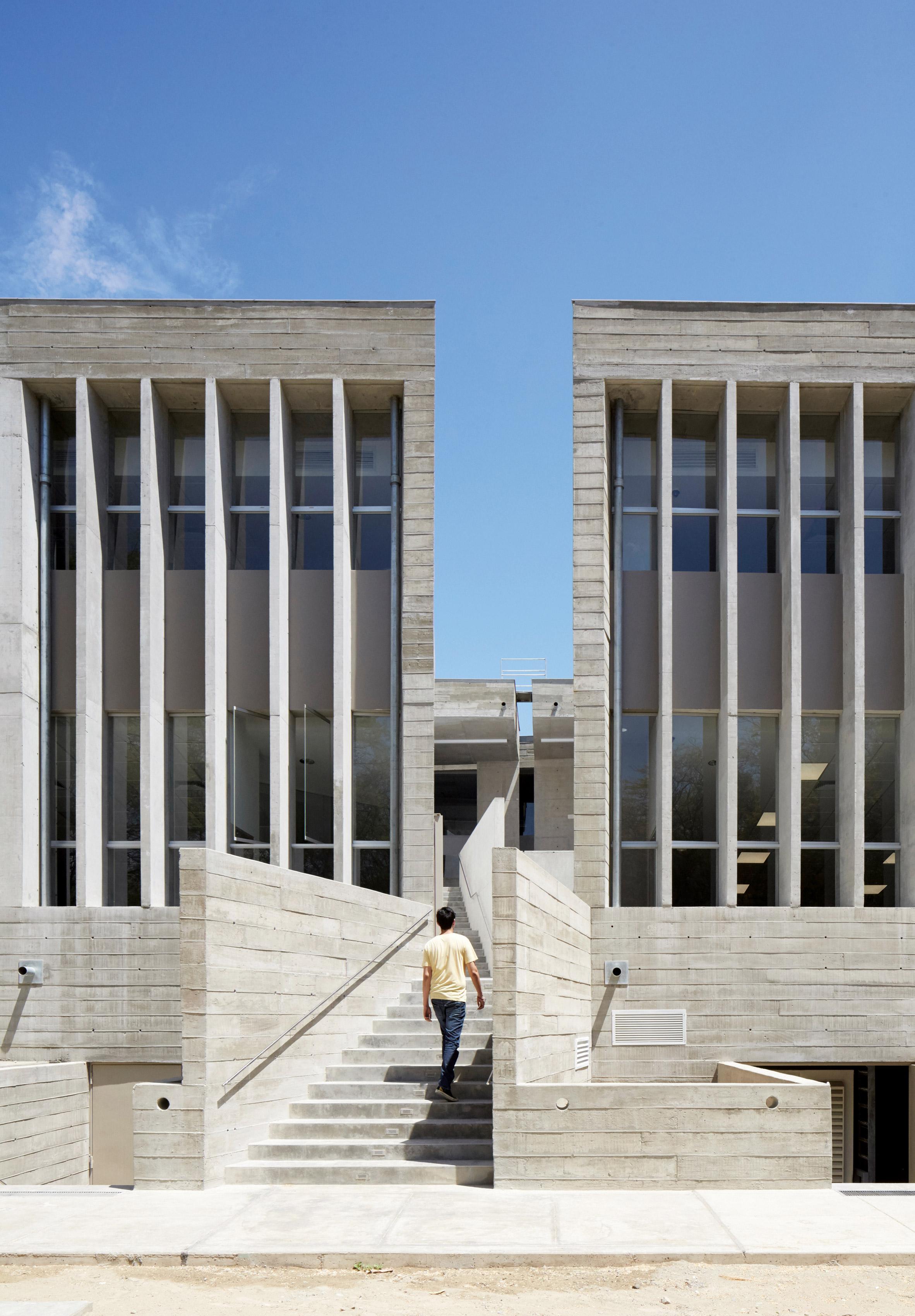 """Edificio """"E"""", U.Piura - PREMIO MIES CROWN HALL"""