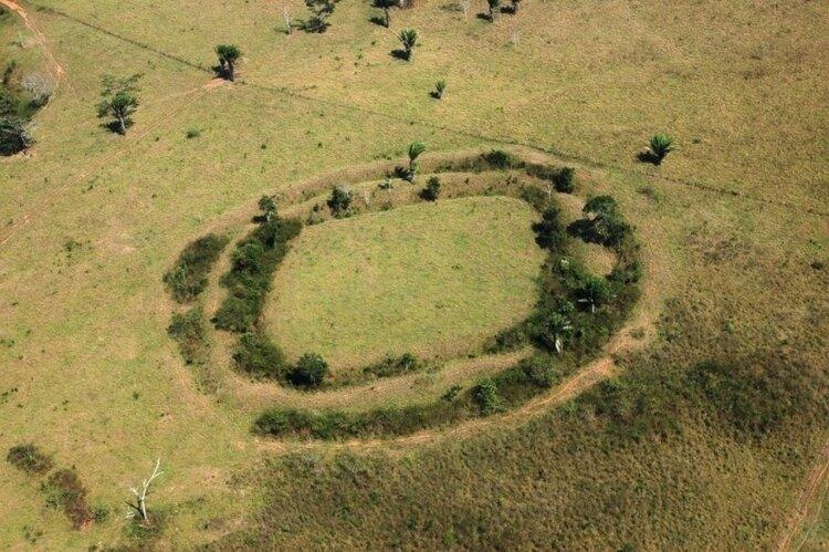 19abr2015---os-geoglifos-sao-como-valetas-cerca-de-10-metros-de-largura-e-entre-dois-e-tres-metros-de-profundidade-feitas-em-formato-geometrico-preciso---normalmente-circulos-ou-quadrados-pelo-que-se-1429468851353_800x532.jpg