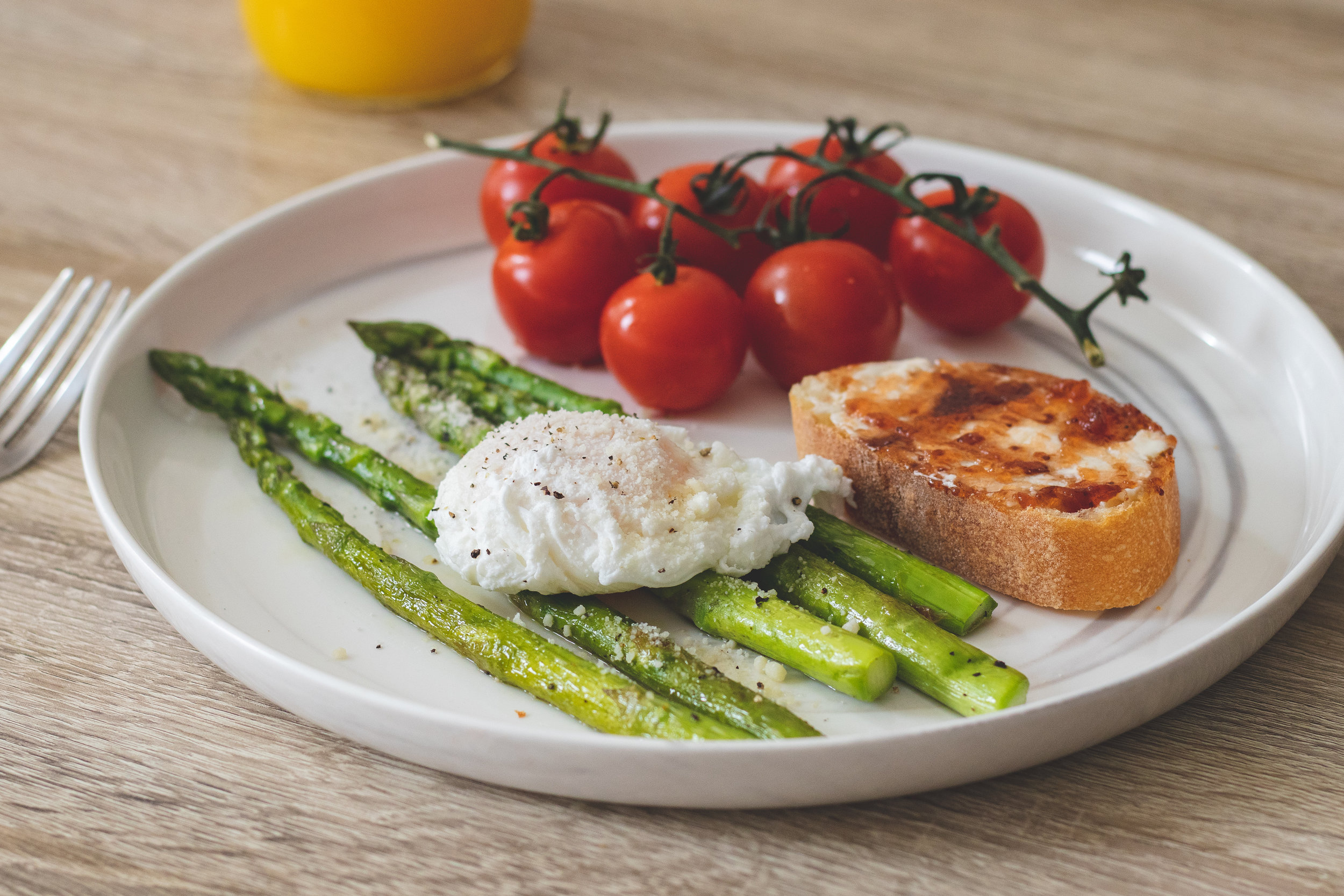 Poached Eggs and Asparagus (Healthy vegetarian breakfast)