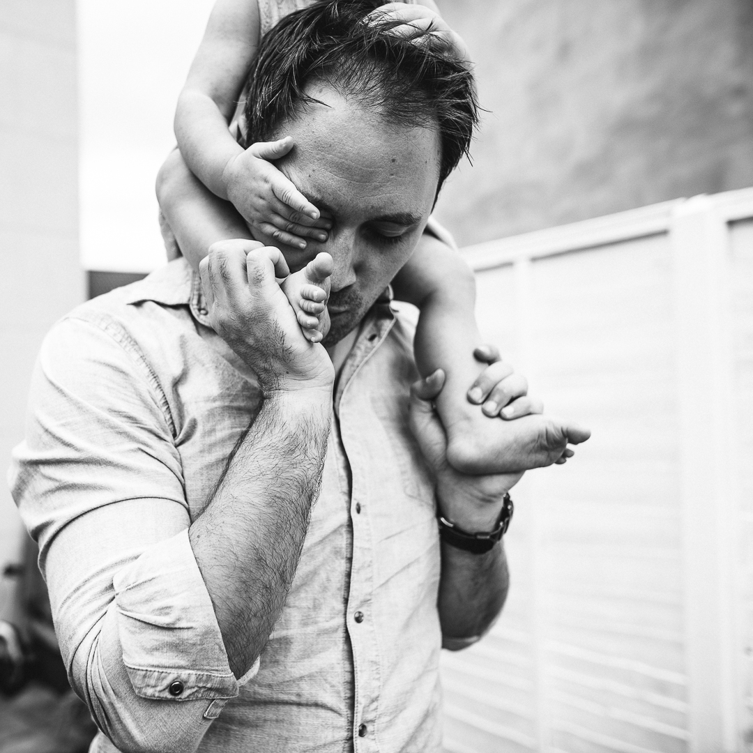 Dad kissing little girls toes photo Cheltenham.jpg