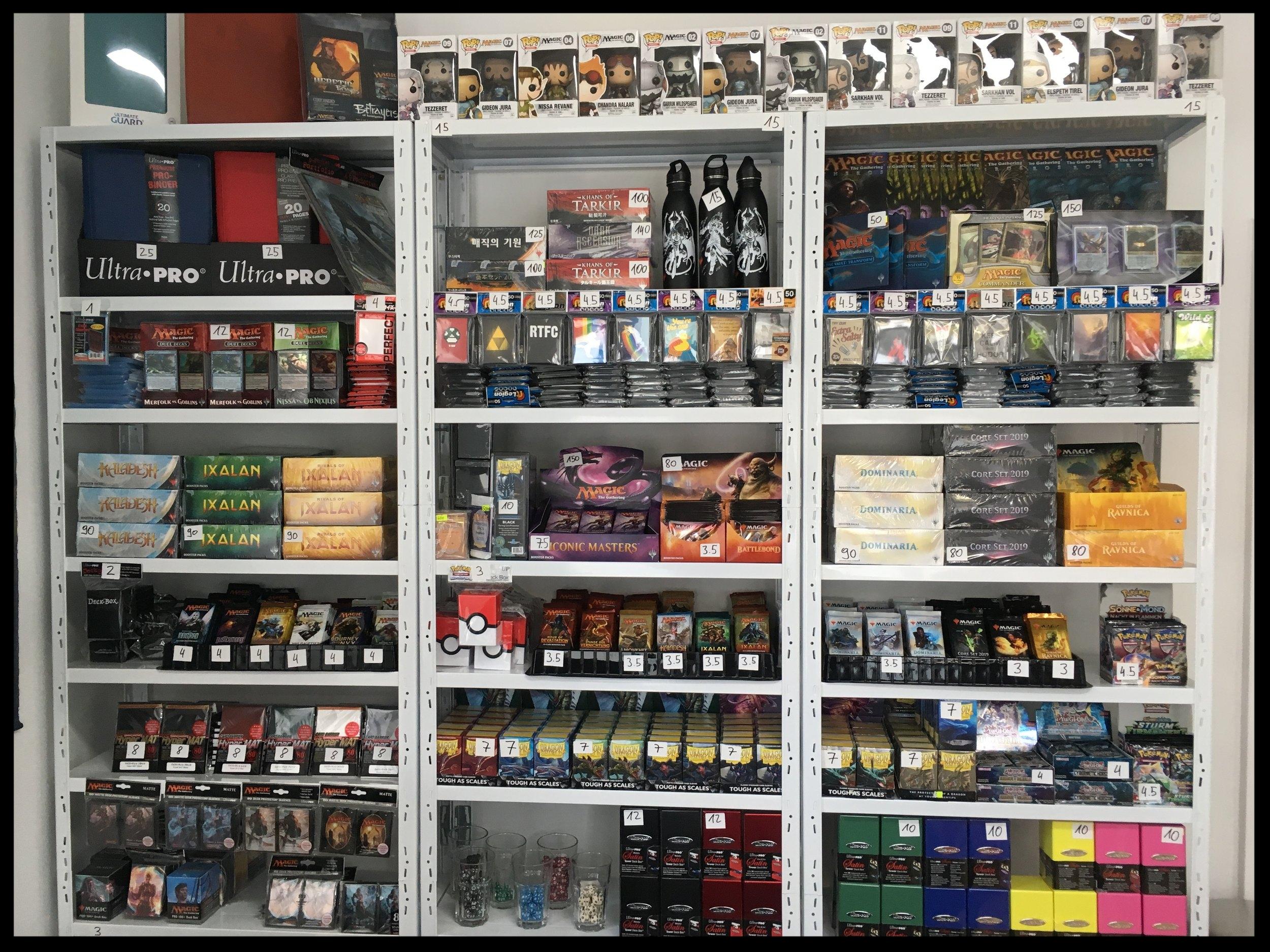 Neben ca. 300.000 Einzelkarten haben wir auchBooster, Displays, Hüllen und weiteres Zubehör immer lagernd. -