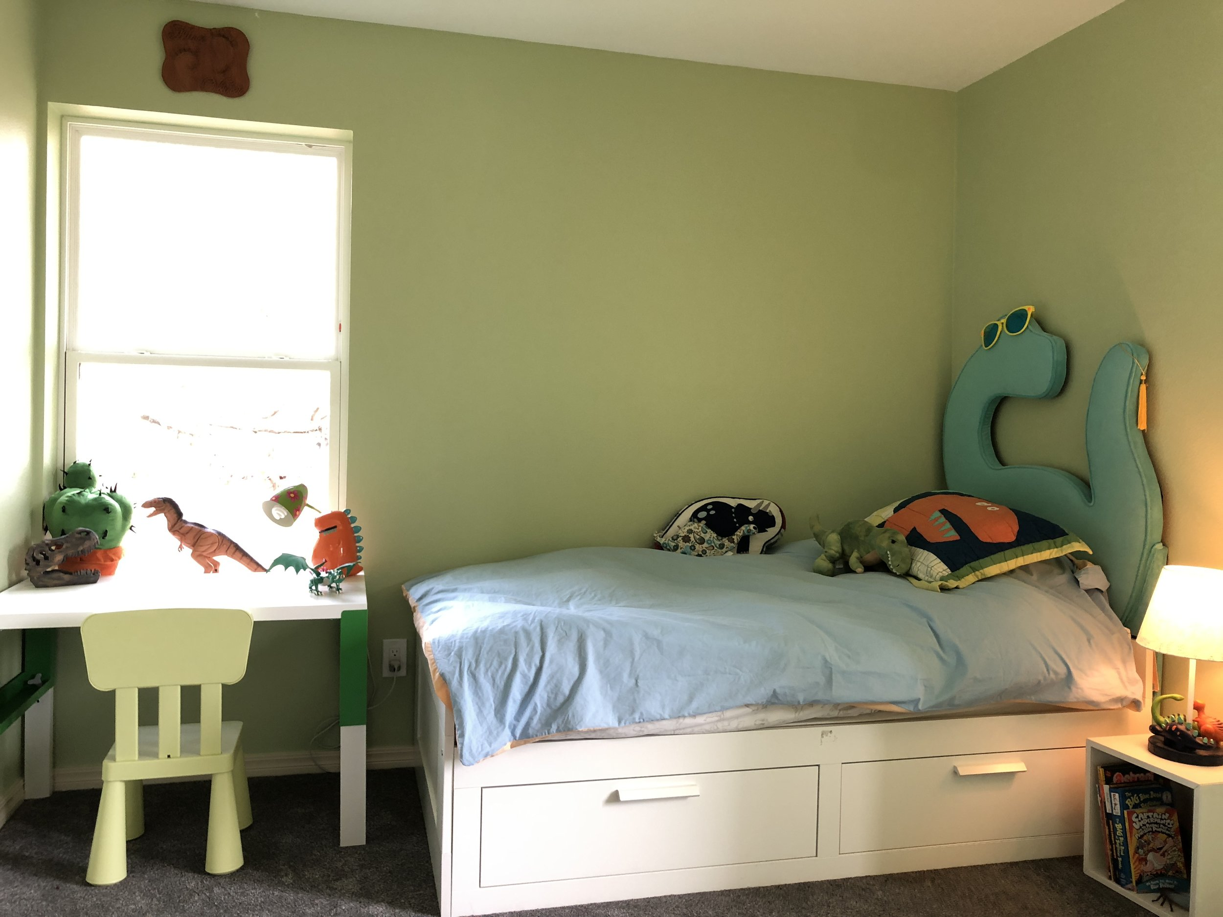 Kid's bedroom with reading nook
