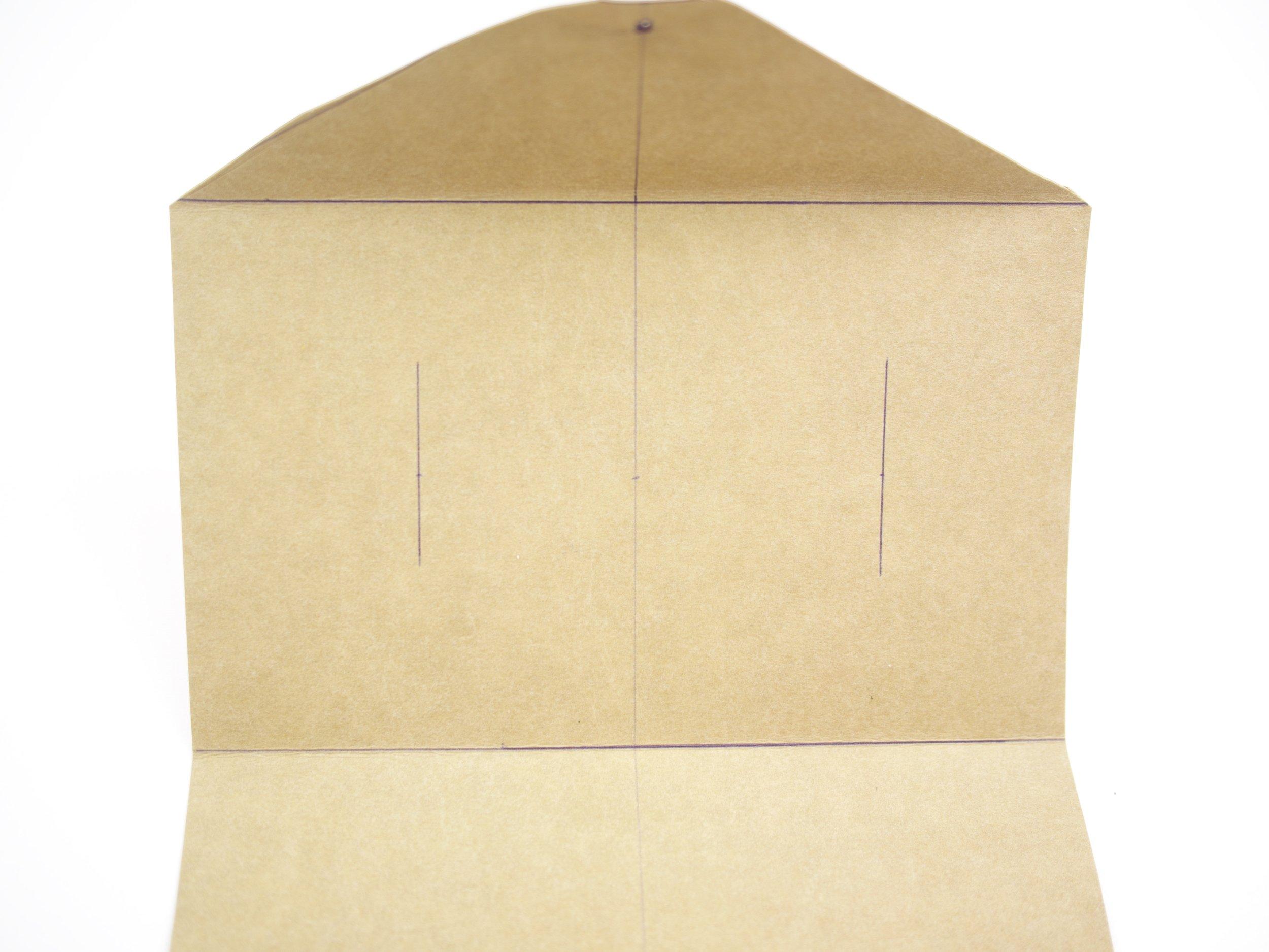 - Knickt das Taschenteil bei der Markierung 10 und 20 cm