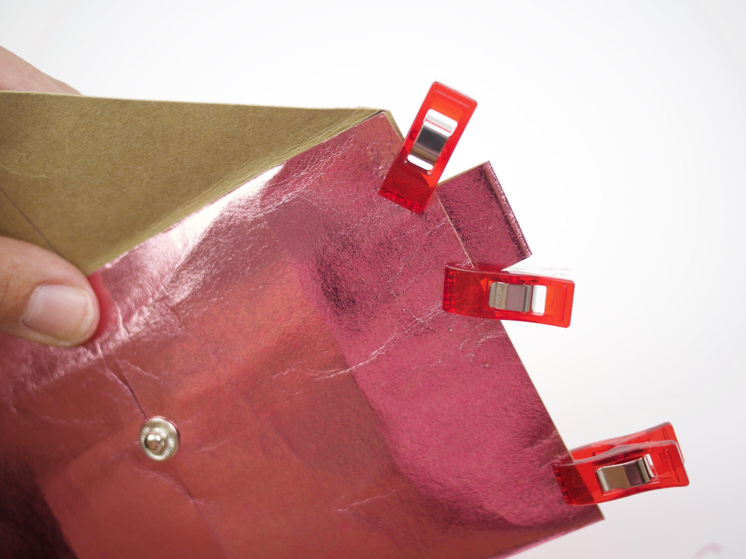 - Faltet nun wieder die Tasche an den Markierungen.Jetzt näht 0,5 cm vom Rand die Tasche zusammen. Gut Anfang und Ende der Naht verriegeln, sowie an der Schlaufe nochmal vor und zurückknähen. Dann reißt auch nichts aus.
