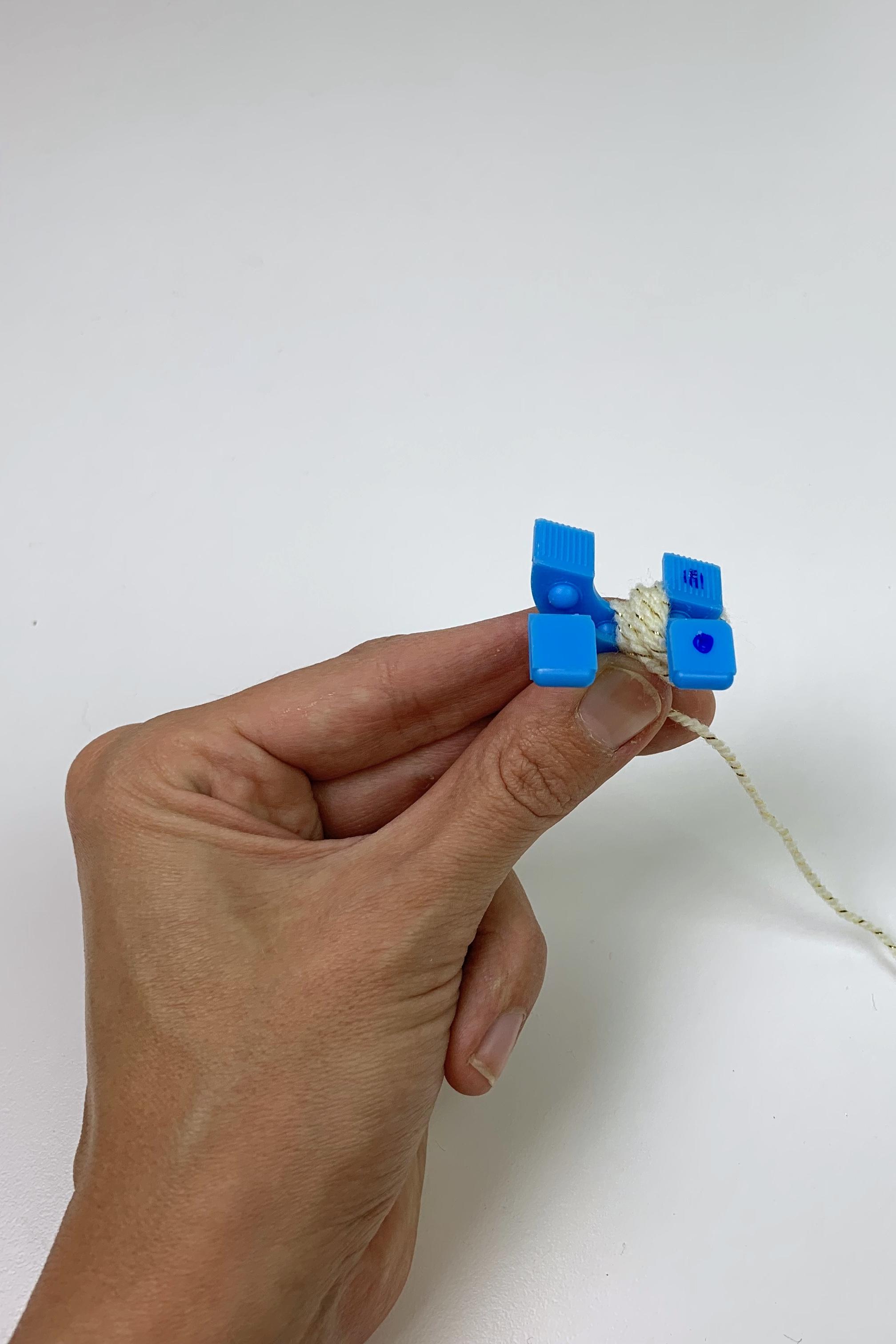 3. - Nehme dir den Pompon-Maker und wickle um die ersten beiden Teile die Wolle. Ob du die richtigen Teile hast, siehst du an der Markierung. (Bei dem kleinsten Pompon musste ich etwas nachmalen bei der Markierung.)
