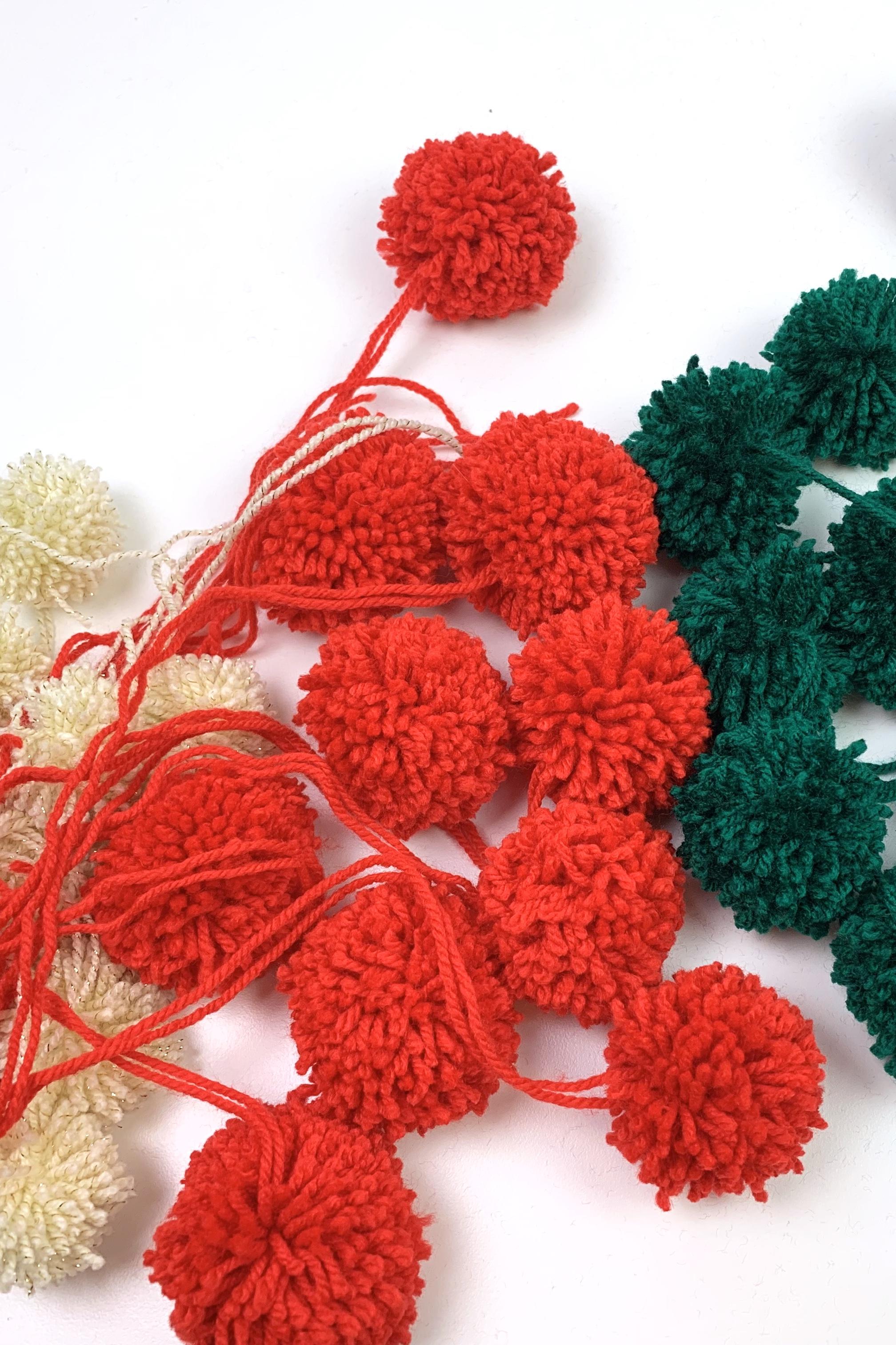 12. - Wiederhole jetzt diesen Vorgang bis du genügend Pompons zusammen hast. Dabei kannst du die Größe und Farbe so variieren wie du möchtest.