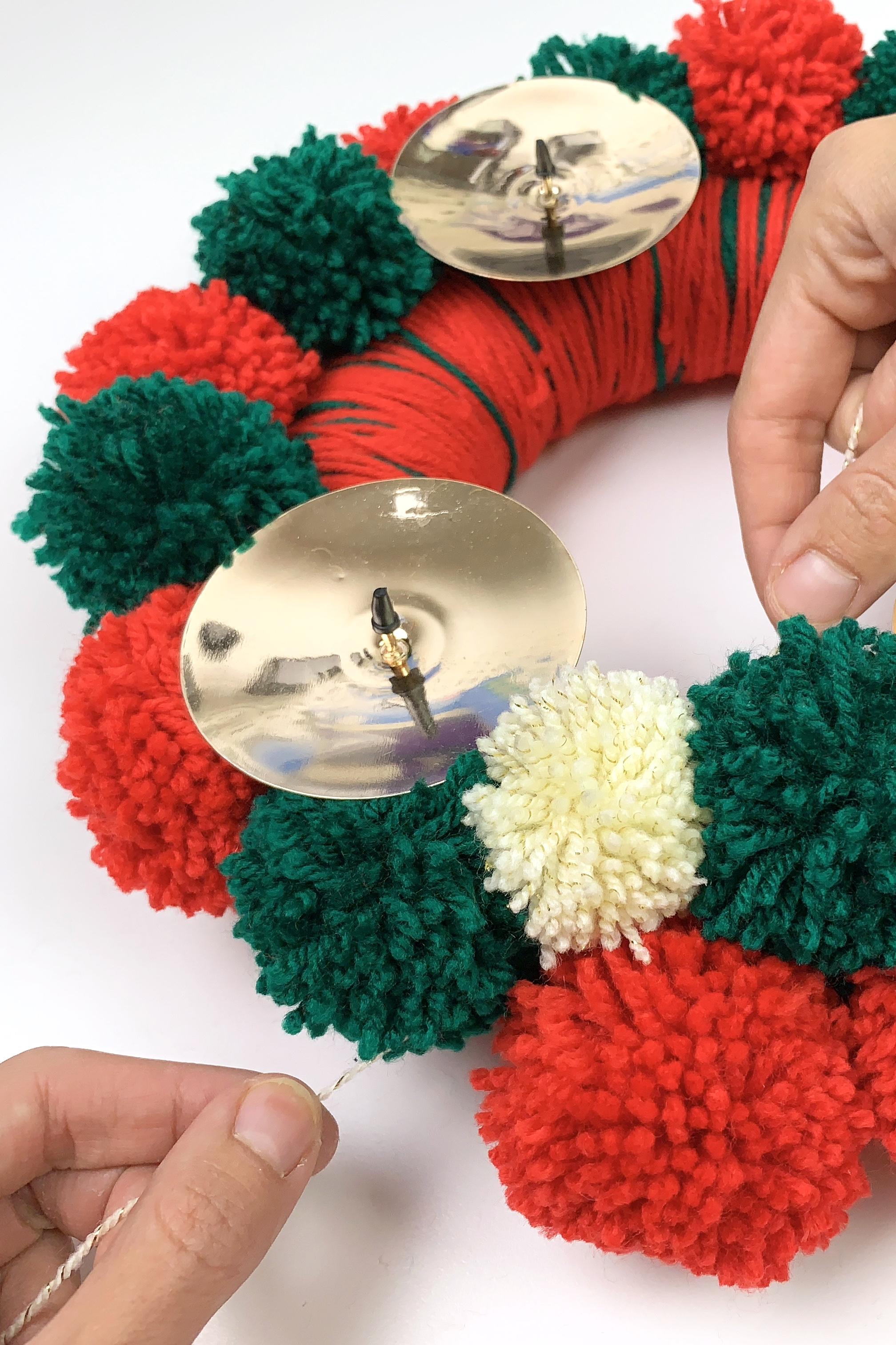 16. - Wenn du möchtest mache jetzt noch ein paar Pompons mit einer Kontrastfarbe dazwischen.