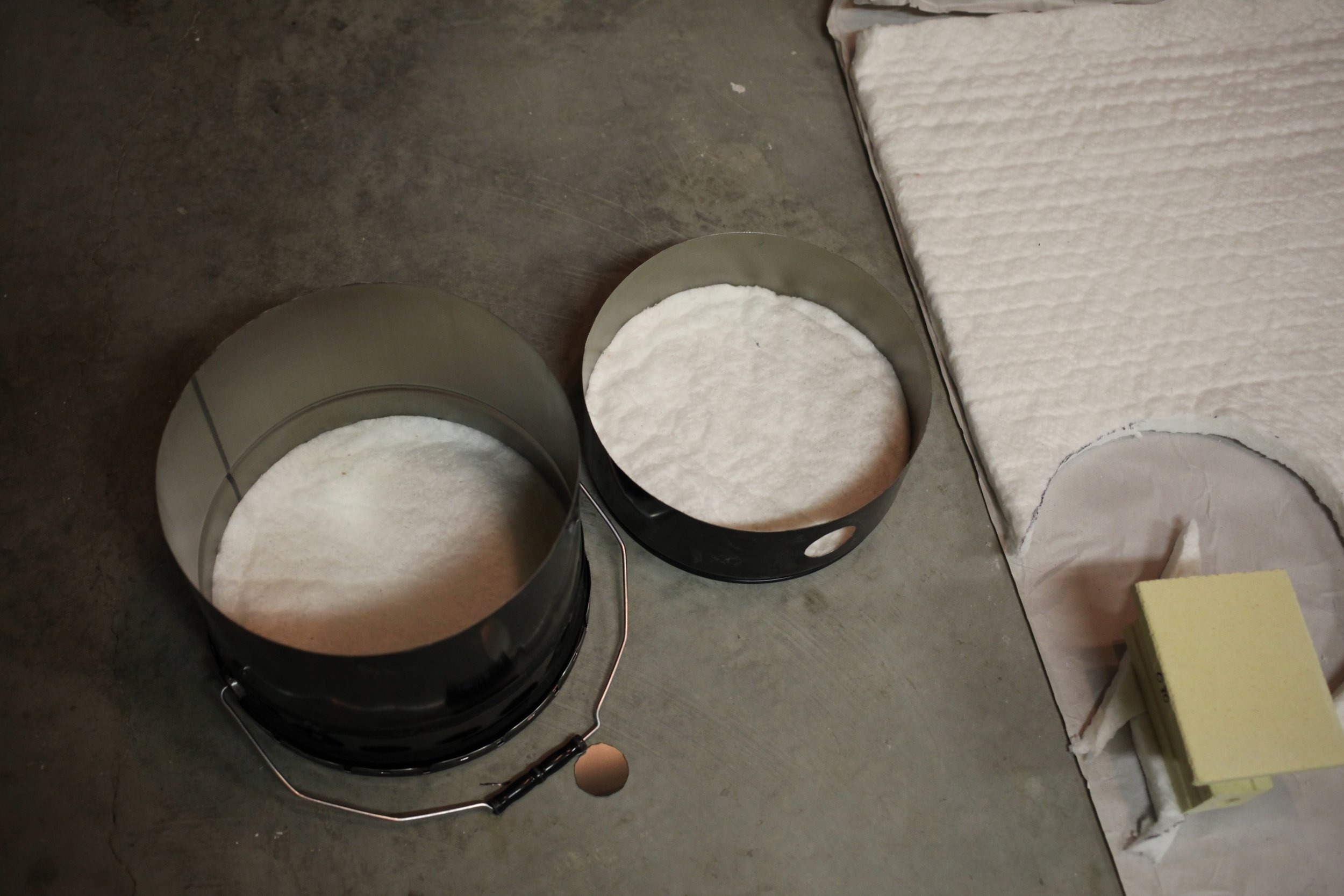 Fit the ceramic blanket into the top and bottom.