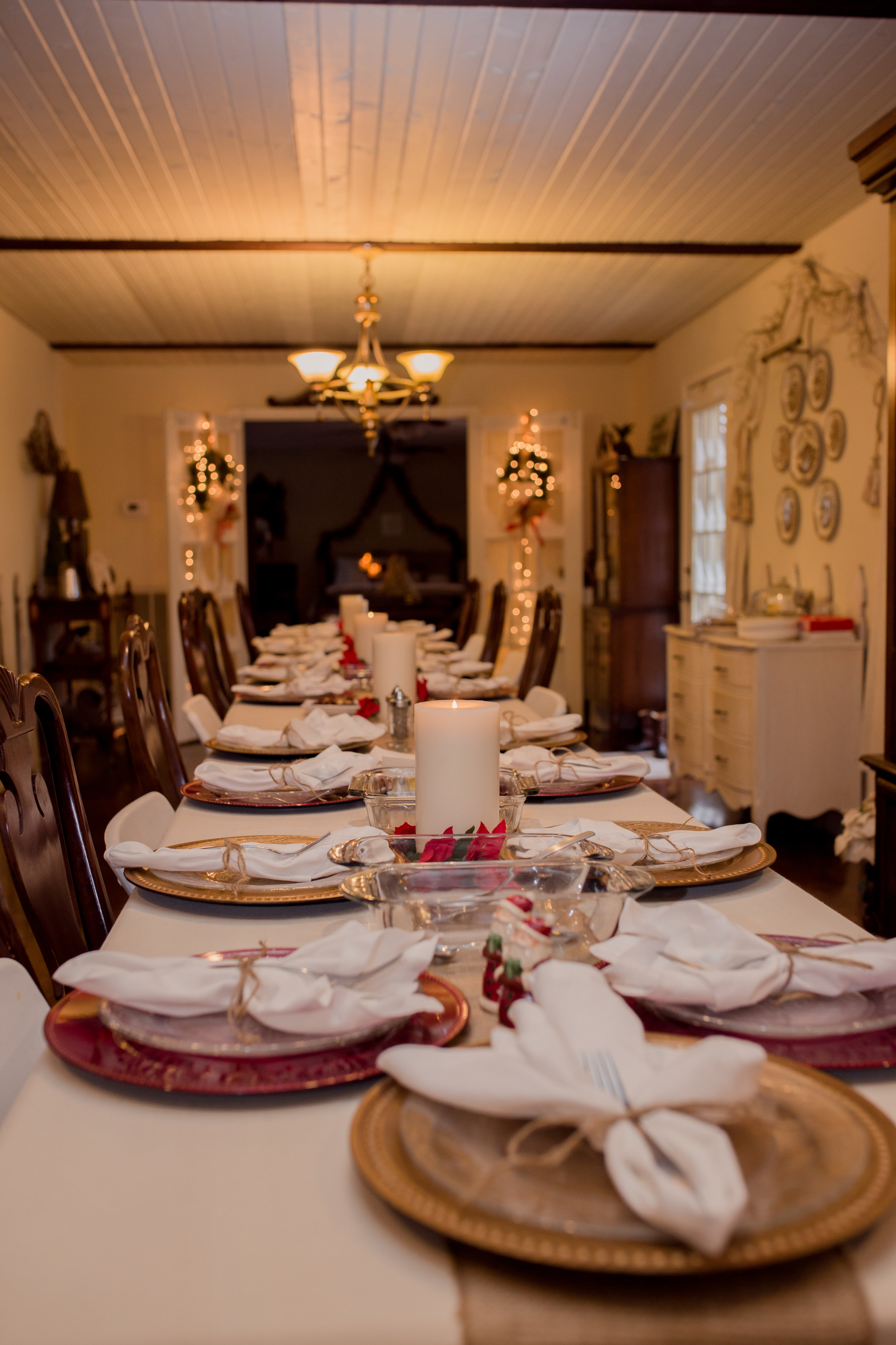 Christmas at my mom's.....her decor looked so great!! She had a table set for all 23 members of our immediate family.....it was so wonderful to get to sit together and enjoy a wonderful dinner!
