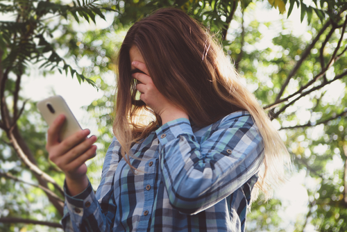 Girl sexting.jpg