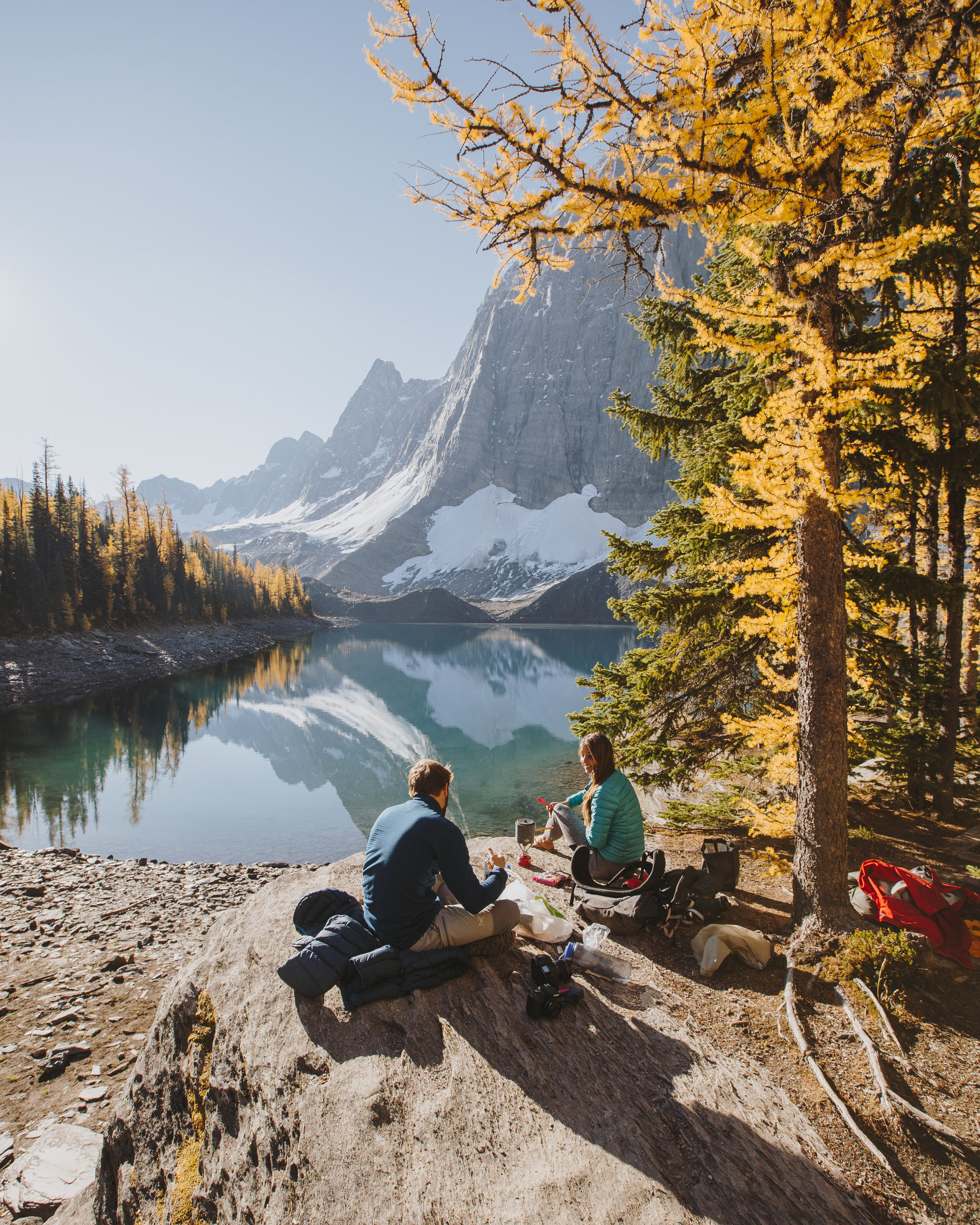 Morning coffee with friends at Floe Lake, photos / Bruin Alexander
