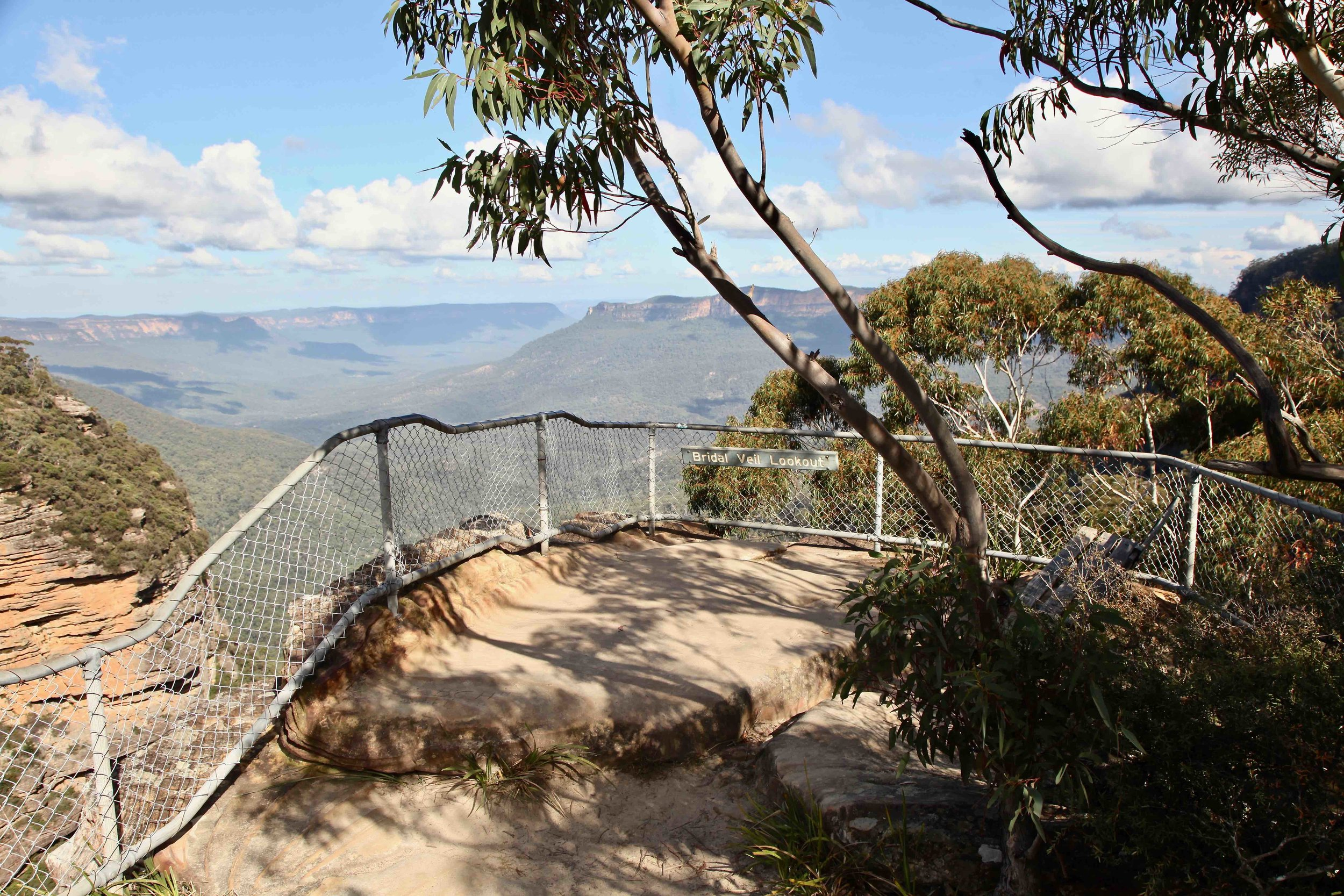 Bridal Veil Lookout, one of the many lookouts dotted along the cliff walk between Katoomba and Leura.