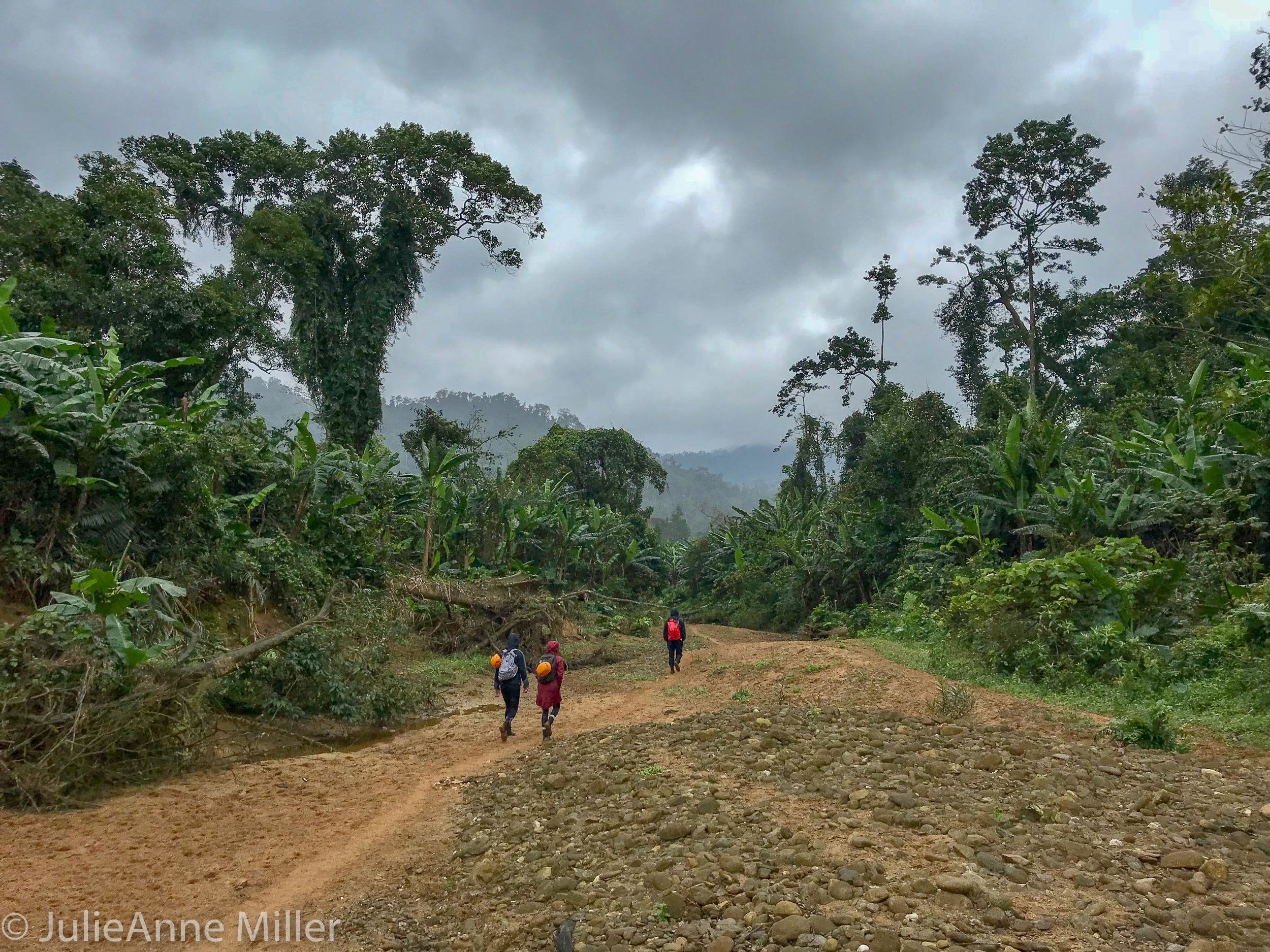 hike to Hang En Cave