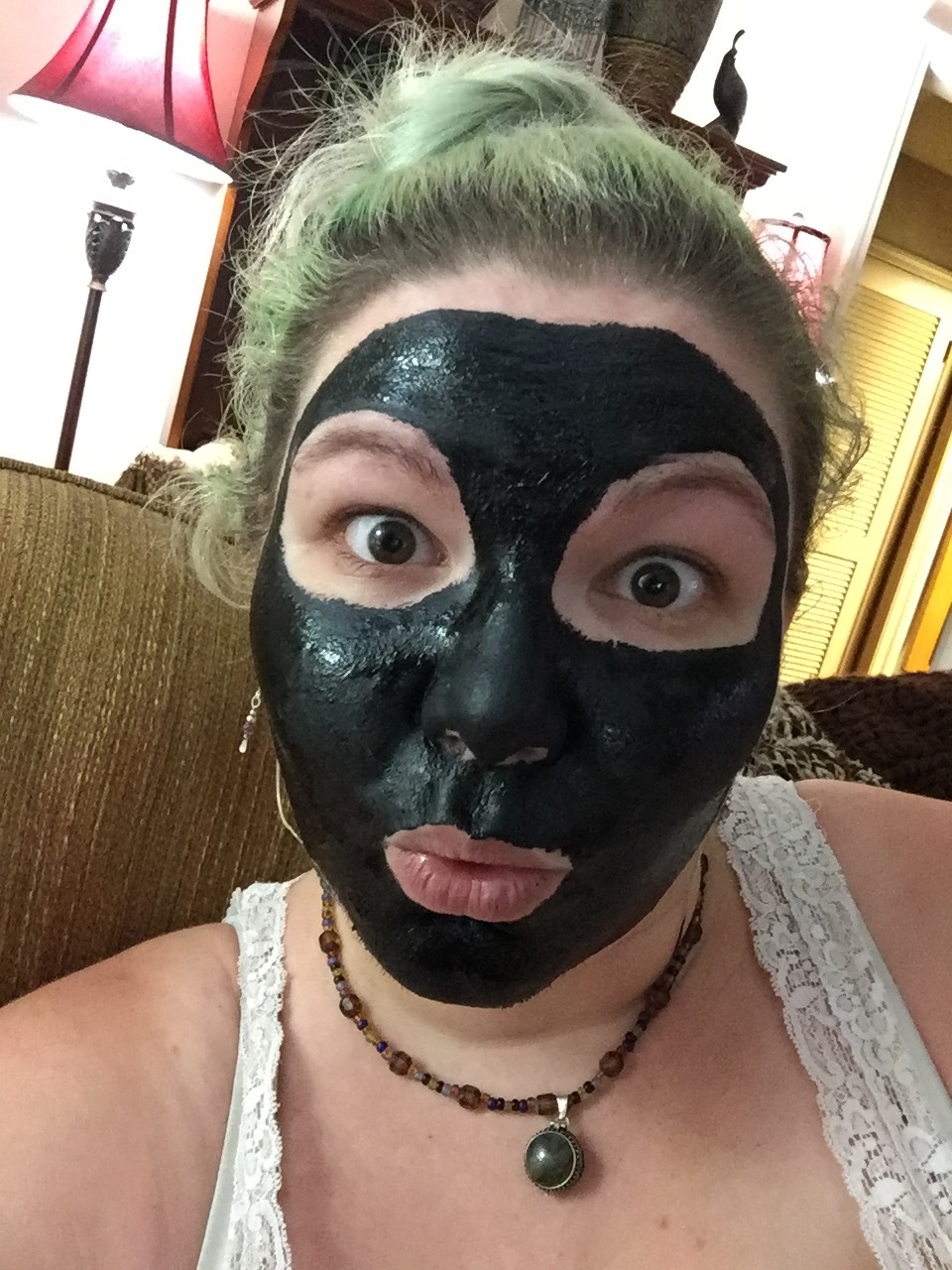I love this DIY charcoal mask ! So satisfying.