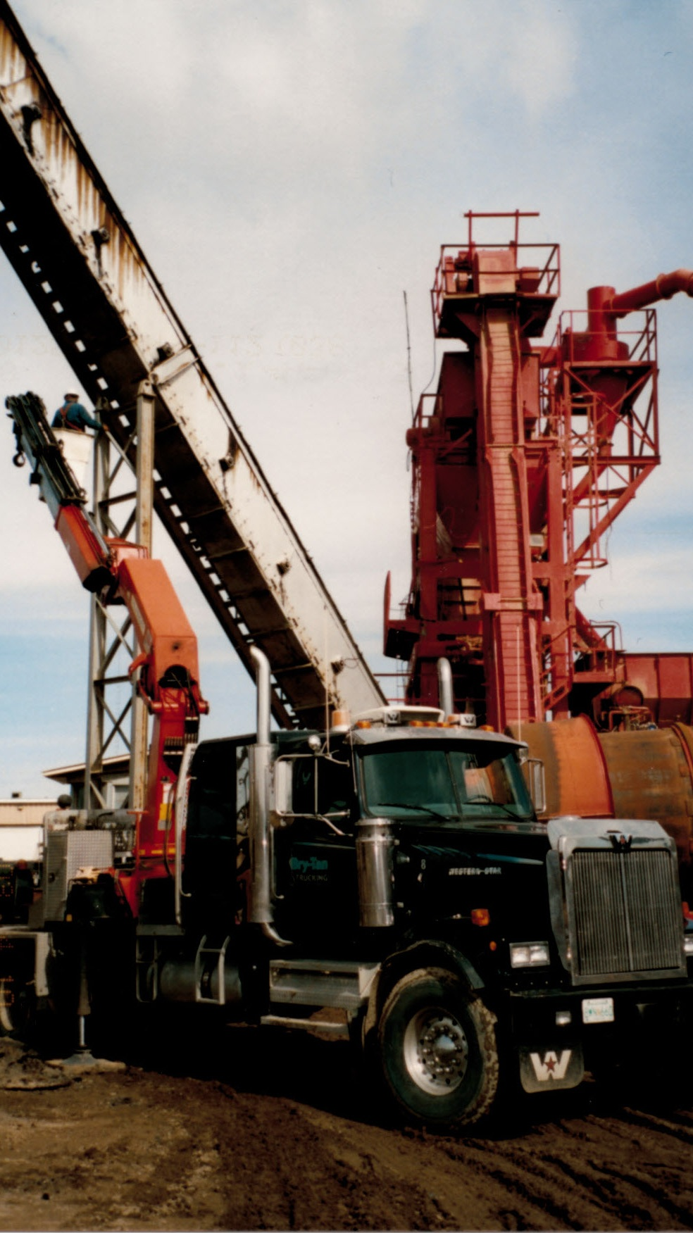 2004 - 26 ton knuckle picker - assembling asphalt conveyor