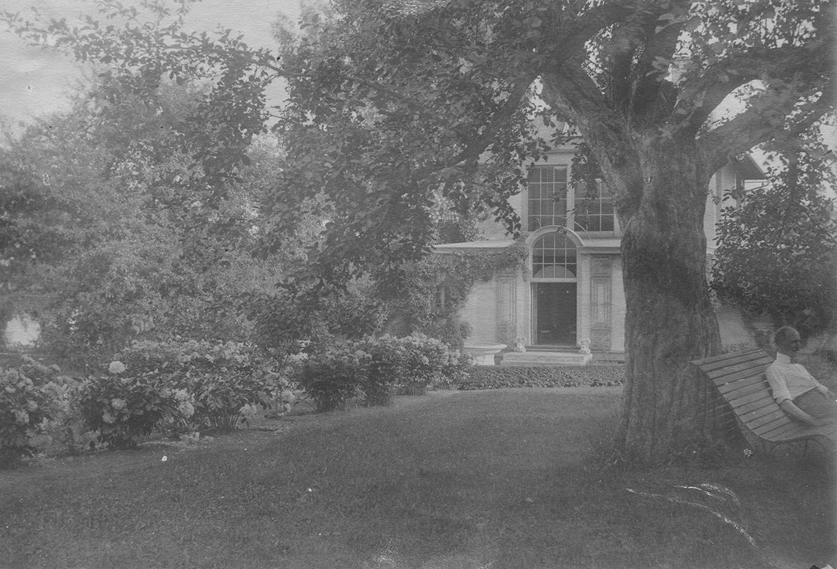 NT73.45.A11 DCF outside studio, 1914_web.jpg