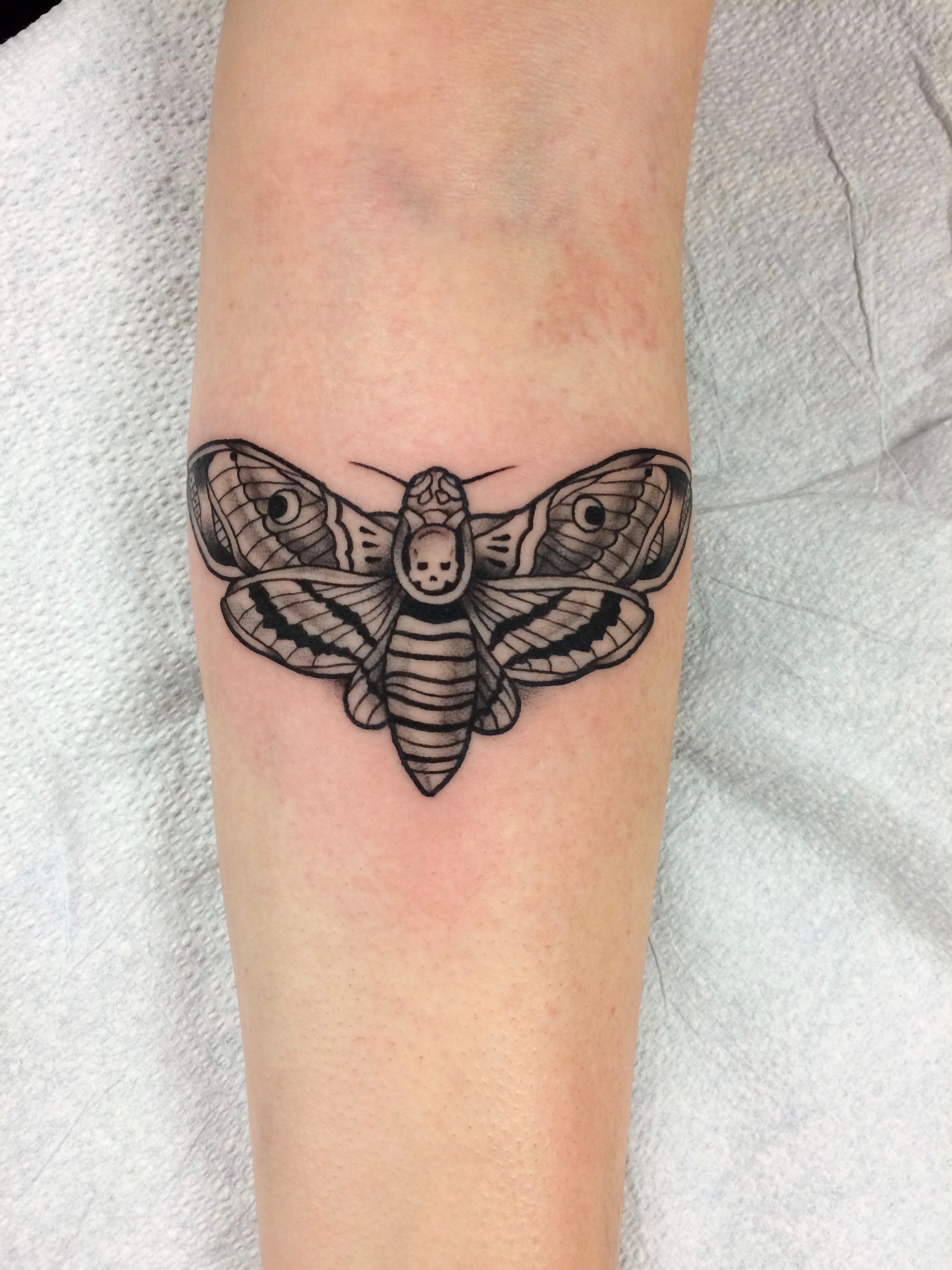 Blackwork bee tattoo by Alveno