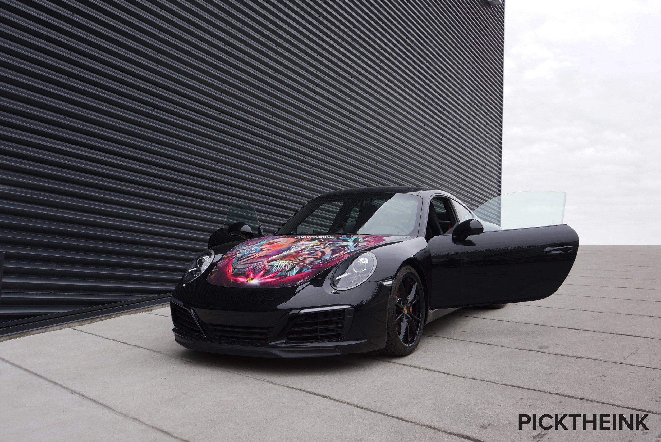 The black Porsche 911