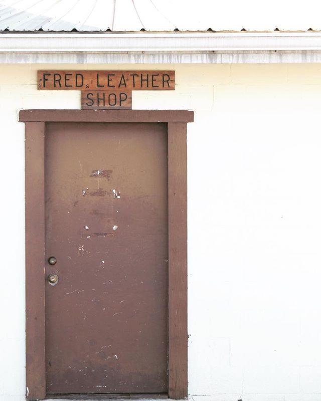Fred's. . . . #arch #archi #archilover #archilovers #architecture #architecturephotography #gominimalmag #interiordesigner #minimablu #minimalmonday #design #designer #realgoodmag #inspo #minimalism42 #okcalmcollective #fndit #thisaintartschool #photographer #designphotography #inspirationphotography #texture #textural #historicalarchitecture #historicalbuilding #rsa_minimal #lookupotd #arkiminimal