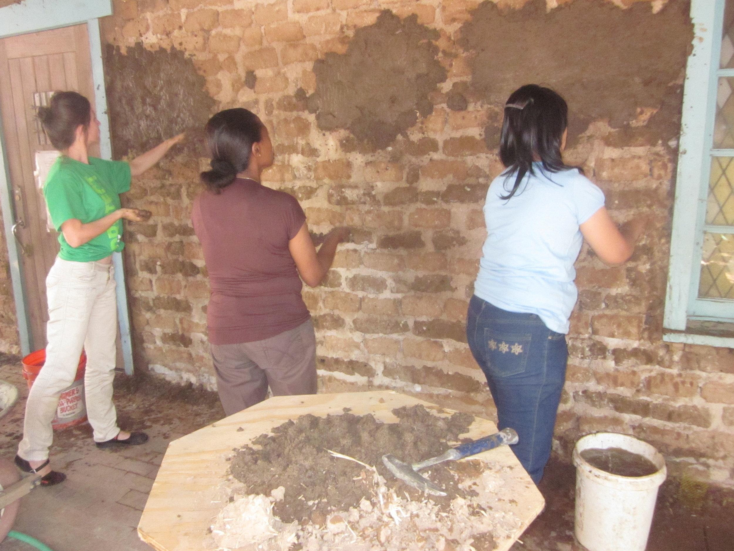 San-Miguel-volunteers-mudding-so-wall-2012.jpg