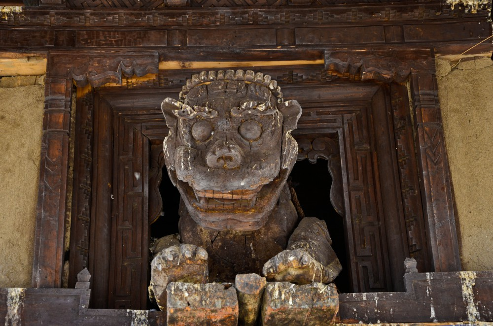 Wooden_sculpture_at_the_entrance_to_Leh_Palace-e1450194563432.jpg