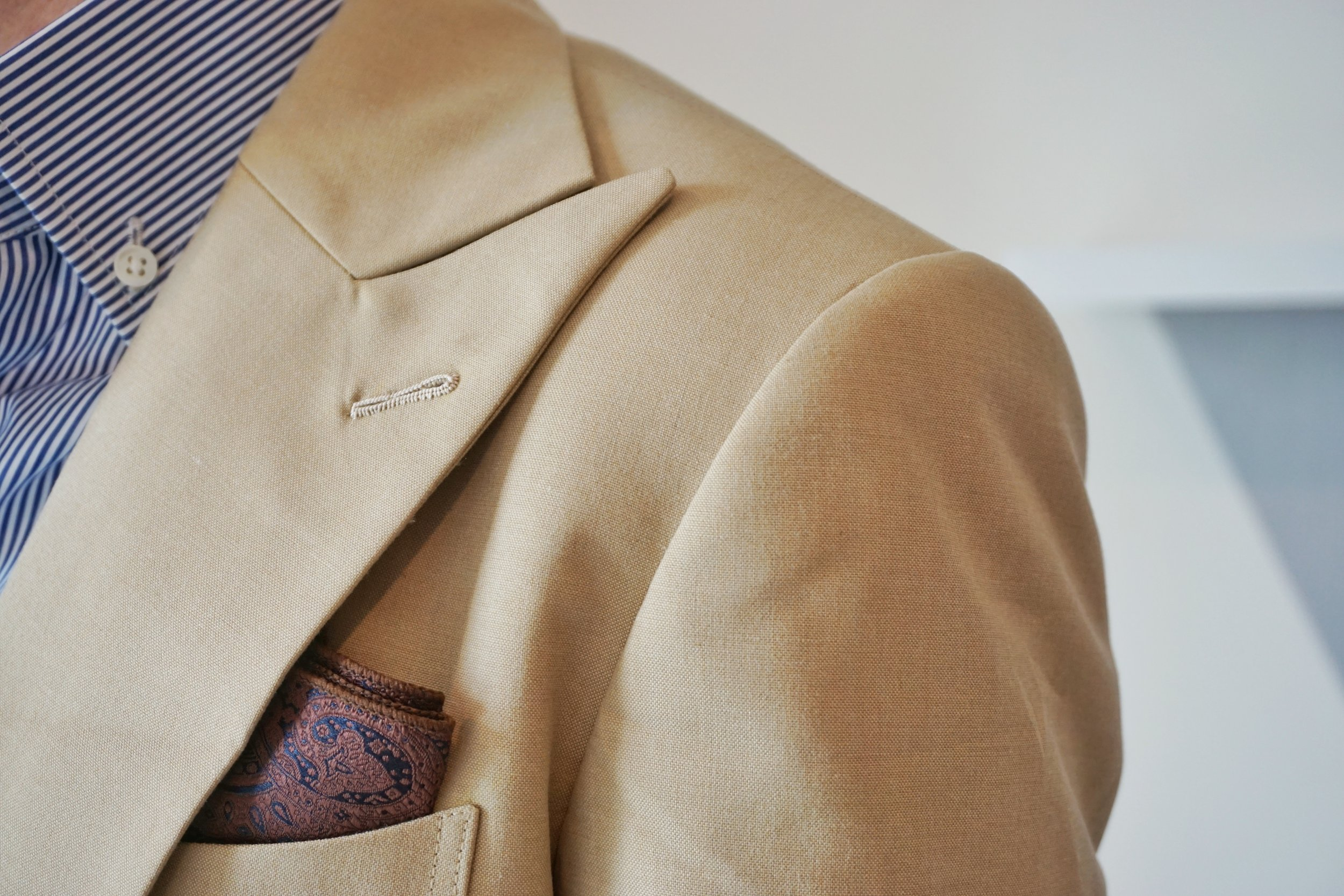 Peak lapel wide for more confidence.