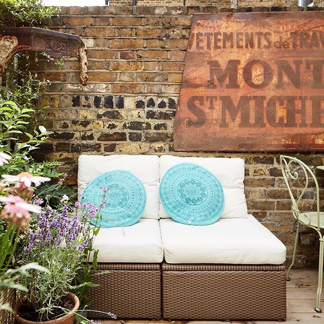 One more #pic of the #terrace with this old #metalsign and the #outdoor #chairs - #outdoordesign #terracedesign #outdoorspace #bethnalgreen #hoxton #interiordesigner