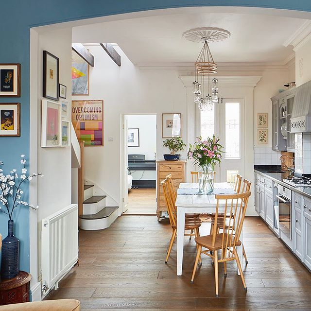 The #kitchen opens onto the #livingroom and #guestroom / #study - the #windows on both sides make it very bright, whatever the #weather - #interiordesign #homedesign #homestyling #homesweethome #kitchendecor #kitchendesign #kitchenstyle #diningroom #diningroomdecor
