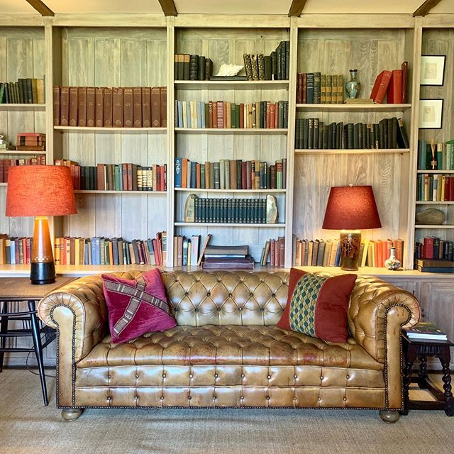 Spending a few days in #newyorkstate at this #comfortable #country #retreat with interiors by @champalimauddesign - #oak #panneling , #chesterfield #sofa , #book #library , use of #saturated #colours are all some of the elements that make this room so #cosy and #warm - perfect #escape before my weekend in #newyork 😀 - #hoteldecor #hotelinteriors #interiordesign #interiors