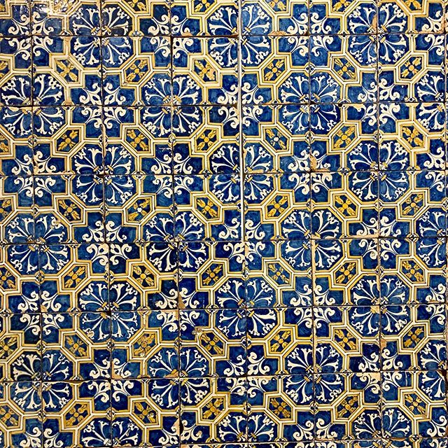 Last weekend, I had the chance to visit the #museudoazulejo in beautiful #lisbon #portugal - I loved so many #tiles and #patterns ! Here are a few #instapic I wanted to share.  I recommend a #visit - #lisboa #interiordesigner #tilesdesign #patternedtiles #portugal🇵🇹 #decor #decoracioninteriores #déco #azulejos #carrelage #homeinspiration #dog