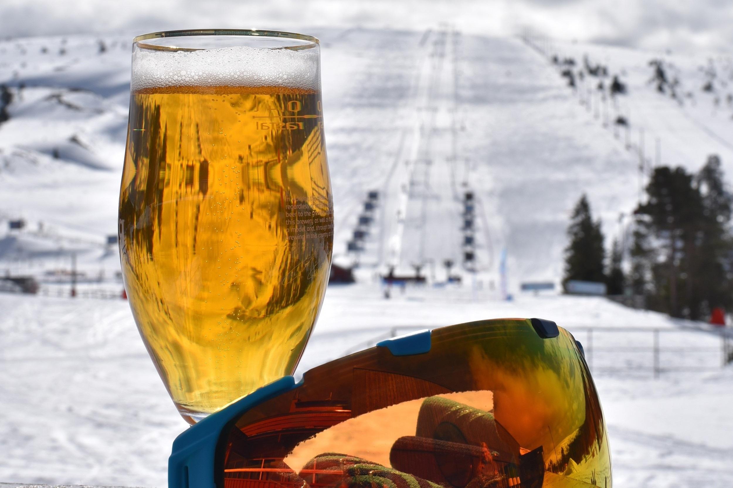 Afterski Drinkbord Standard - Vinterträdgården. Ståplats med ståbord nära scenen, 2 öl 2 Jägermeister ingår. Minst 4 per bord.595kr