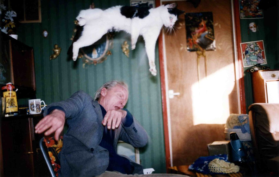 Richard Billingham, Untitled (1995), from the  Ray's a Laugh  series. Copyright of the artist, courtesy of Anthony Reynolds Gallery, London.